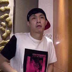 #wattpad #fanfic Kim Junmyeon, alias Suho, acaba de pasar por el ¿divorcio? Ni él sabía lo que estaba pasando, sólo que Kris se fue luego de una discusión. Ahora está sólo atravesando el día a día con sus hijos. A veces éstos lo filman a modo de documental y otras veces él escribe en su diario cosas más personale...
