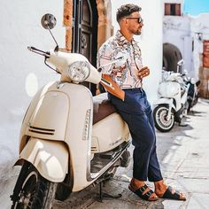 Men want to impress this year. The look should be special and eye-catching. Get the inspiration you need for mens casual shirts in Casual Shirts For Men, Men Casual, Men Photography, Summer Is Coming, Classic Sneakers, White Shirts, Classic Outfits, Summer Looks, Dapper