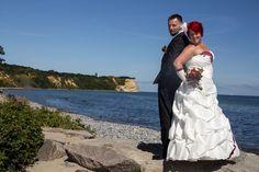 Brautpaar beim Fotoshooting nach der Trauung im Leuchtturm Kap Arkona. Hochzeitsfotograf & Fotodesign Fischer Spezial Stralsund.