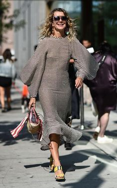 See what influential women in fashion are wearing on the streets of New York Fashion Week. Looks Street Style, Looks Style, Love Fashion, Womens Fashion, Fashion Design, Style Fashion, Fashion Black, Fashion Ideas, Marine Look