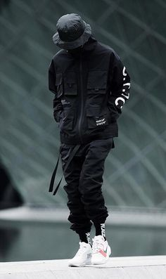 49 Awesome Mens Streetwear Ideas That Will Make You Look Handsome - In the fashion forward world that we live in, the amount of attention that both men and women give to their exterior appearance is becoming more than . Mode Cyberpunk, Cyberpunk Fashion, Dark Fashion, Urban Fashion, Fashion Tips, Petite Fashion, French Fashion, Mens Fashion, Fashion Menswear