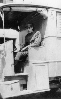 Ernest Hemingway dans une ambulance de la Croix-Rouge américaine pendant la Première Guerre mondiale en Italie 1918.