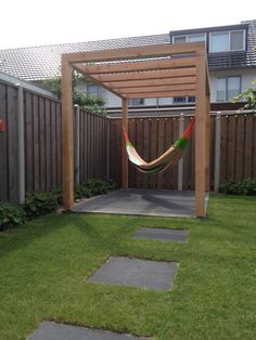 Selfmade design pergola with hammock Zelfgemaakte strakke pergola met rainbow xxl hangmat.