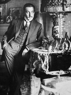 John Barrymore, (1882-1942), was the  most prominent member of a multi-generation theatrical dynasty.  His parents were both theatre actors, his maternal grandmother - Louisa Lane Drew - was an actress and his brother Lionel and sister  Ethel were actors. He is the grandfather of Drew Barrymore.