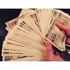 Instagram【aiaiai_74】さんの写真をピンしています。 《. . 【自分の成長にお金を使える人が、お金持ちになれる】 . お金を使えば使うほど増える人は、 損をして得をするようなお金の 使い方ができています✨ .  お金が貯まる人は、 お金が増えるようにお金を使います👀 . 「お金が増えるお金の使い方」 ということです。 .  お金を払うときに、このお金が将来、 倍に増えるようなお金の使い方をします💰 .  たとえば、個人投資です💡 .  自分の本業とする仕事の勉強をするために、 積極的に本を買ったとします。 . 自分の仕事に関係している本を読むことで、 ノウハウを吸収して、 次への仕事に生かします。 .  本を買うときに、もちろんお金は必要です。 しかし、勉強することで、もっとお金が 稼げるようになればいい(^^) .  本代で1,000円使っても、その1,000円で 将来5,000円を生み出すことができれば、 得をしています。 . 自分への投資に成功したということです😉💕…
