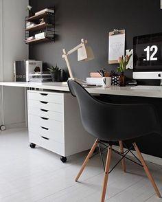 •|Inspiração da noite|•  {2/3} Parede preta, piso claro, bancada e móveis brancos, luminária, cadeira Eames e tem mais uma semelhança nessas 3 referências de hoje...