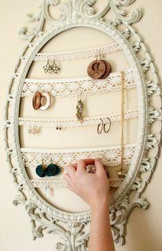 weißes spiegelrahmen und gestrickte teile für schmuck aufbewahrung - 26 super kreative Schmuckaufbewahrung Ideen – speziell für Damen                                                                                                                                                      Mehr