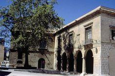 Este palacio de estilo renacentista se construyó entre 1572 y 1584, y en él destaca el pórtico de columnas y la cuidada traza de sus ventanas.
