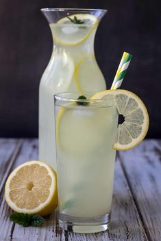 This recipe for homemade lemonade is simple to make and it's very refreshing and delicious. You only need three ingredients and it only takes about 20 min. Homemade Lemonade, Lemon Sugar, Lemon Slice, Snacks, Glass Of Milk, Super Easy, Smoothies, Juice, Yummy Food