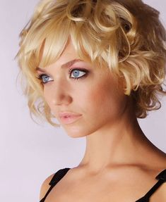 Cute short curly hairstyles with bangs for golden blonde hair Cute Short Curly Hairstyles, Popular Short Haircuts, Short Choppy Hair, Short Hair With Bangs, Curly Hair Cuts, Short Hair Cuts For Women, Hairstyles With Bangs, Curly Hair Styles, Curly Short