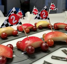 Car treats - easy, healthy and fun - apple pieces and wheels out of grapes | Bubblemint - Max trakteert!