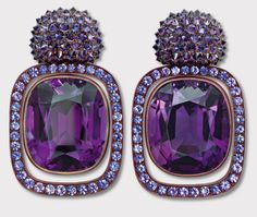 "Boa ideia para ""aumentar"" o aspecto de uma pedra. Amethyst and sapphire earrings by Hemmerle"