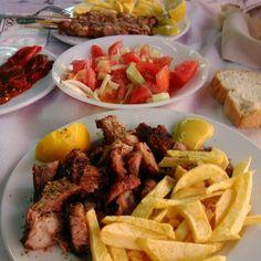 Κοντοσουβλι και πατατες τηγανητες , κοκκινη ψητη πιπερια και χωριατικη Beef, Foods, Meat, Food Food, Food Items, Steak