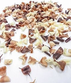 Čokoládové hoblinky mix 9x5mm 150g Čokoládová dekorácia z originálnej belgickej čokolády. Mix hobliniek obsahuje čokoládu bielu, mliečnu a horkú. Majú široké využitie pri zdobení zákuskov... Stuffed Mushrooms, Candy, Chocolate, Vegetables, Food, Stuff Mushrooms, Essen, Chocolates, Vegetable Recipes
