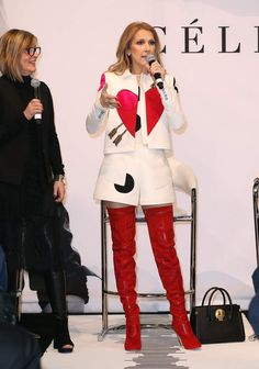 Céline Dion a sorti les cuissardes pour présenter sa collection de maroquinerie