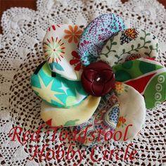 Scrap Fabric Projects, Fabric Scraps, Denim Handbags, Kimono Fabric, Diy Hair Bows, Vintage Diy, Fabric Flowers, Diy Jewelry, Christmas Ornaments