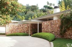A Midcentury Home in Beverly Hills Receives a Modern Transformation - Architectural Digest Modern Landscape Design, Traditional Landscape, Landscape Plans, Modern Landscaping, Modern House Design, Landscaping Melbourne, Landscaping Rocks, Tropical Landscaping, Contemporary Landscape