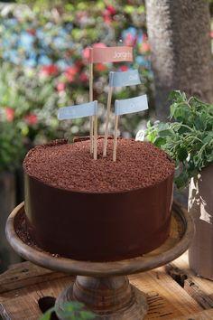 """Bolo de chocolate para festa de aniversário com tema """"Pic Nic na Savana"""" Foto: Nicolas Calligaro"""
