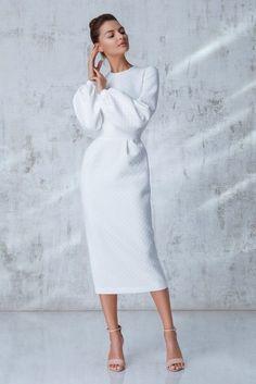 Платье длины миди кремового цвета с пышным рукавом , бежевый в интернет магазине Платья для самых красивых 1001dress.Ru