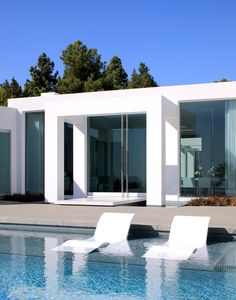 Minimalism In Modern Pool Architecture of Beverly Hills Moderne Pools, Beverly Hills Houses, Pool Designs, Modern House Design, Interior Architecture, Architecture Mode, Minimalist Architecture, Exterior Design, Outdoor Spaces