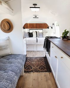 40 Comfortable RV Renovation Idea to Make a Happy Campers - caravan Airstream Remodel, Airstream Renovation, Travel Trailer Remodel, Airstream Interior, Airstream Living, Airstream Decor, Caravan Vintage, Vintage Airstream, Vintage Travel Trailers