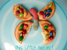 Butterfly Snack-used this as a culminating activity to The Very Hungry Caterpillar story time with Reading Buddies (first grade and pre-k). Individual items in the snack relate to the life cycle of the butterfly. Preschool Cooking, Cooking With Kids, Cute Food, I Love Food, Good Food, Edible Crafts, Food Crafts, Butterfly Snacks, Diy Butterfly