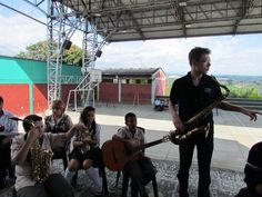 Día 2: En los talleres académicos en el colegio Aquilino Bedoya, los estudiantes realizaron fusiones e improvisaciones con los músicos de Juilliard. Jazz Camp Colombia 2012.
