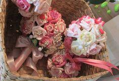 *lindo Bouquet de broches estilo vintage*  Bouquet de rosas em e.v.a, nas cores: champagme,rpsê,pink e rosa-bebê, fita cetim rosa-bebê  Bouquet contem 45 rosas e broches por todo o Bouquet!   Cabo envolto de fita e um brocheno laço dão a delicadeza e elegância para o Bouquet  Bouquet em torno de 40 broches em tamanhos variados,nas cors pérolas,pinkr osa e rosê, juntamente com STRASS   O E.V.A e um material importado, que tem pétalas finas iguaizinhas de uma rosa verdadeira, taí, o toque…