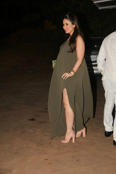 Recently, Kareena Kapoor attended her aunt, Rima Jain's birthday party. On this occasion Kareena Kapoor Khan was the centre of attraction where she rocked Indian Actress Pics, South Indian Actress Hot, Indian Bollywood Actress, Bollywood Actress Hot Photos, Bollywood Girls, Beautiful Bollywood Actress, Beautiful Indian Actress, Bollywood Fashion, Indian Actresses