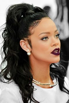 Only Rihanna can pull of this hair style. And one things for sure it would not look good on me. Looks Rihanna, Rihanna Style, Older Women Hairstyles, Messy Hairstyles, Rihanna Hairstyles, Prom Hairstyles, Celebrity Hairstyles, Wave Hairstyles, Bangs Hairstyle