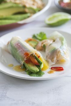These fresh prawn avocado spring rolls are filled with delicious prawns, avocados, fresh herbs, vegetables and extra peanuts for flavor and crunch. Healthy Snacks, Healthy Eating, Healthy Recipes, Avocado Rice, Sweet Chilli Sauce, Spring Rolls, Low Calorie Recipes, Light Recipes, Dinner Recipes