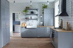 Des briques jusqu'au plafond et une combinaison de rangements ouverts et fermés soulignent le style rural de cette cuisine. (METOD/BODBYN)