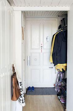 Eteisessä vaate-kaappien kahvoissa roikkuu Tiger of Swedenin laukku ja Marimekon kangas-kassi. Ovimatto on Kodin1:stä.