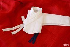새하얀 저고리가 빛을 받아 더욱 새하얗고 티없이 빛나는 이 한복은 신부한복으로 만든 한 벌입니다. 새하얀 안감을 넣고, 비단 동정을 두른 후 고름까지 저고리와 같은 새하얀 항라 원단으로 마무리했습니다.  아주 얇은 줄이 들어간 이 항라 원단은 전통적으로 내려오는 기법의 원단이지만, 현대에 와서 저렇게 얇은 줄무늬 원단이 많아진 덕에 되려 굉장히 현대적인 이미지를 가지게 되었지요. 이 새하얀 저고리, 그리고 아..