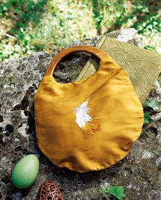 Un sac de soie peint d'une plume / Silk bag with painted feather