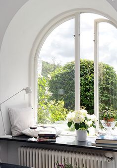 1 Kindesign's collection of 63 Incredibly cozy and inspiring window seat ideas will help inspire your search for the perfect ideas on designing your own window seat. Designing a window seat has always posed Style At Home, Window Ledge, Window Seats, Window Sill, Open Window, Window Nooks, Ledge Shelf, Window Frames, Window Coverings