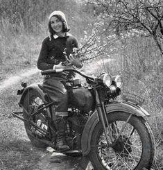 Vintage Motorcycles 415034921913188203 - Vivian Bales an american pioneering motorcyclist on her 1930 Harley-Davidson. Source by tiftiz Hd Vintage, Vintage Biker, Vintage Woman, Vintage Travel, Vintage Images, Harley Davidson, Lady Biker, Biker Girl, Motos Retro
