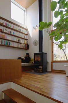 【写真】本に囲まれたライブラリースペース。薪ストーブのそばで、ぬくぬくとあったまりながらの読書は至福