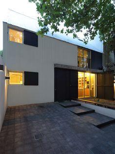 La obra se trata de la puesta en valor y ampliación de una casa entre medianeras que estuvo abandonada durante varios años.