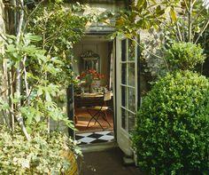 25 Seriously Jaw Dropping Urban Gardens - laurel home Garden Pavilion, Fence Garden, Rooftop Garden, Small Garden Design, Garden Photos, Small Gardens, Modern Gardens, Outdoor Rooms, Dream Garden