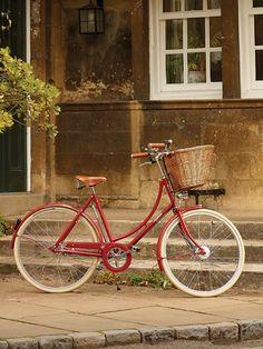 Bikes estilosas pra curtir a ciclovia - Lilian Pacce - Women's style: Patterns of sustainability Bici Retro, Velo Retro, Velo Vintage, Retro Bicycle, Vintage Bicycles, Pashley Bike, Old Fashioned Bike, Bicycle Basket, Bike Seat