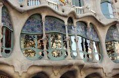 Resultado de imagen de balcones con cristales de colores barcelona