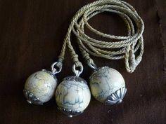 """""""""""BOLEADORAS"""""""" un arma-instrumento de caza arrojadiza, creada por los indios de la Patagonia y Pampa Argentina en el siglo 18, que luego fue adaptada y modificada por los gauchos. Esta es de piedra y plata cincelada y soga de cuero crudo trenzada"""