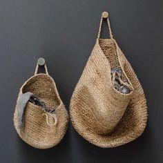 Risultati immagini per panier suspendu jute pour rangement Hat Storage, Storage Baskets, Storage Ideas, Diy Hanging, Hanging Baskets, Decoration Entree, Basket Bag, Decorative Storage, Sisal