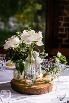 Eine rustikale Hochzeit im Moulin de Saint-Germain A rustic wedding at the Moulin de Saint-Germain Outdoor Wedding Tables, Wedding Table Centres, Wedding Table Centerpieces, Wedding Decorations, Table Wedding, Wedding Chairs, Kinfolk Wedding, Deco Champetre, Deco Floral