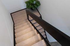 Prachtige combinatie; zwarte leuning met een licht trapdecor van NEWstairs 😍