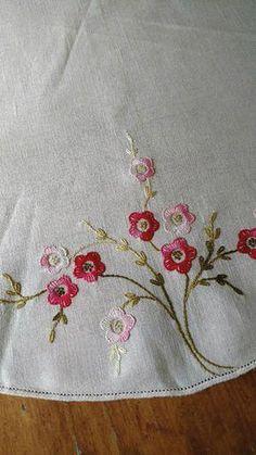 brazilian embroidery new designs Hand Embroidery Flowers, Felt Embroidery, Simple Embroidery, Hand Embroidery Patterns, Vintage Embroidery, Cross Stitch Embroidery, Embroidery Needles, Mantel Redondo, Brazilian Embroidery Stitches
