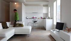 Le nouvel aménagement sur mesure de l'appartement ne monte pas jusqu'au plafond pour laisser glisser la lumière en sous face jusque dans l'entrée. / ©Hervé Abadie