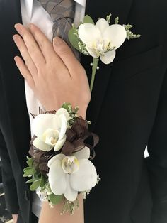 Groom And Bride Wrist Flowers, Prom Flowers, Diy Wedding Flowers, Flower Bouquet Wedding, Orchid Corsages, Flower Corsage, Prom Corsage And Boutonniere, Groom Boutonniere, Homecoming Corsage