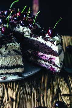 How to describe this authentic Black Forest Cake? Sour cherries - lots of whipped cream - soft and moist chocolate cake! Baking Recipes, Cake Recipes, Dessert Recipes, Food Cakes, Cupcake Cakes, Just Desserts, Delicious Desserts, Italian Desserts, German Cake